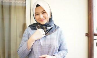 10 Potret Eriska Rein dengan Balutan Hijab, Bikin Adem Lihatnya!