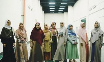 10 Model Hijab Terbaru Artis, Gamis sampai Culotte Pants!